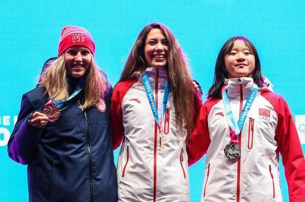 2020年1月21日,冠军中国选手谷爱凌(中)、亚军中国选手李方慧(右)与季军美国选手汉娜·福尔哈伯在颁奖仪式上。当日,第三届冬季青年奥林匹克运动会自由式滑雪女子U型场地颁奖仪式在瑞士洛桑举行。新华社记者单宇琦摄