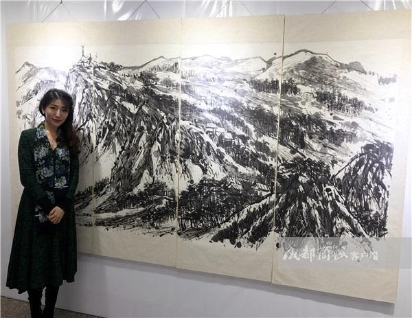 """80后成都妹子用轮滑创作水墨画 被誉为""""世界轮滑绘画第一人"""""""