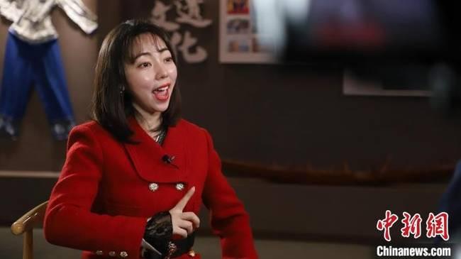 图为秦萩玥(中)参与木洞山歌音乐剧排练。 受访者供图 摄