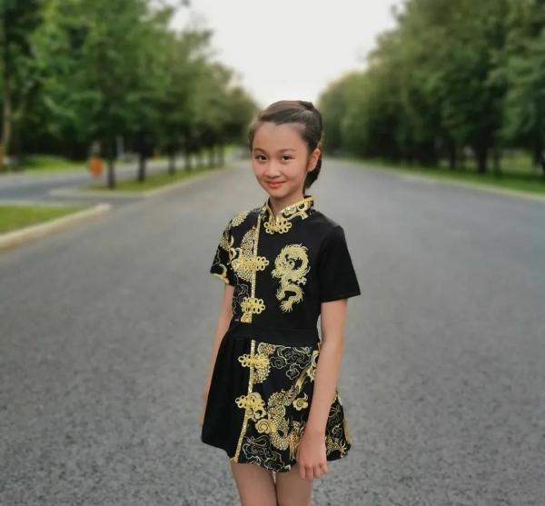 """11岁中国女孩许莫寒:用歌声折服""""战斗民族"""""""