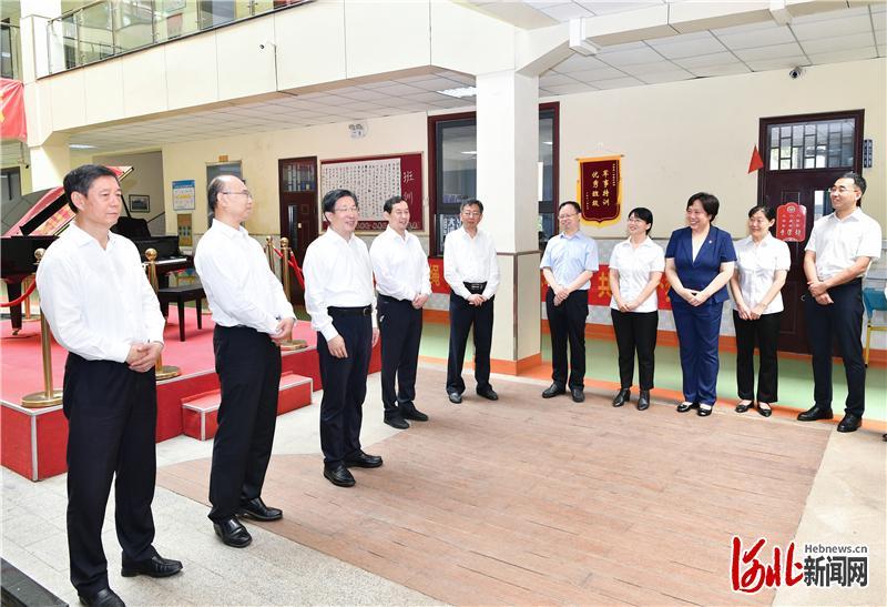 王东峰在石家庄市看望慰问教育工作者