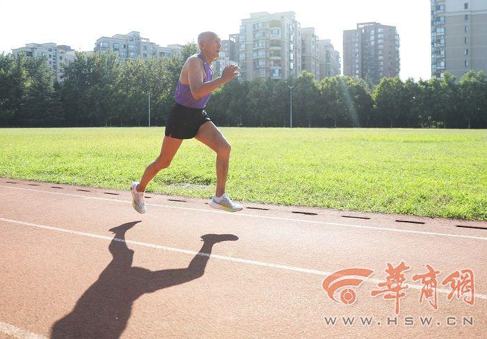 """西安81岁""""追风大爷""""400米跑又提速:我一定到十四运会现场观赛"""
